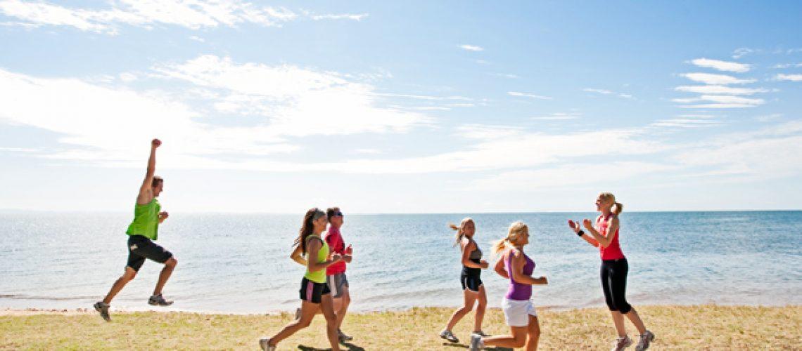 pessoas se exercitando na praia